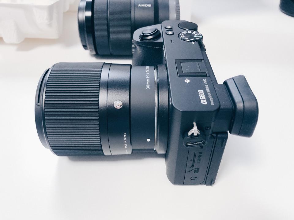 シグマ SIGMA 30mm F1.4 DC DNをα6600を取り付けた様子