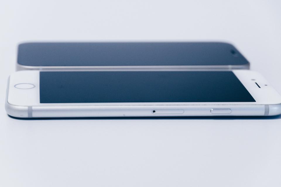 iPhone12 miniとiPhone8の厚み比較