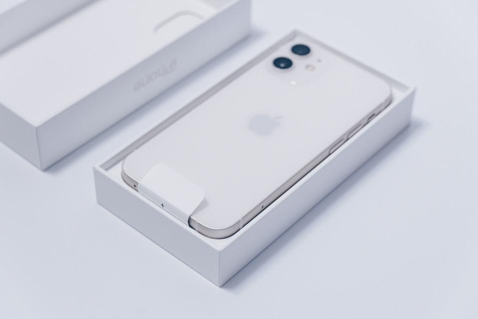 iPhone12 miniのパッケージを開封した様子