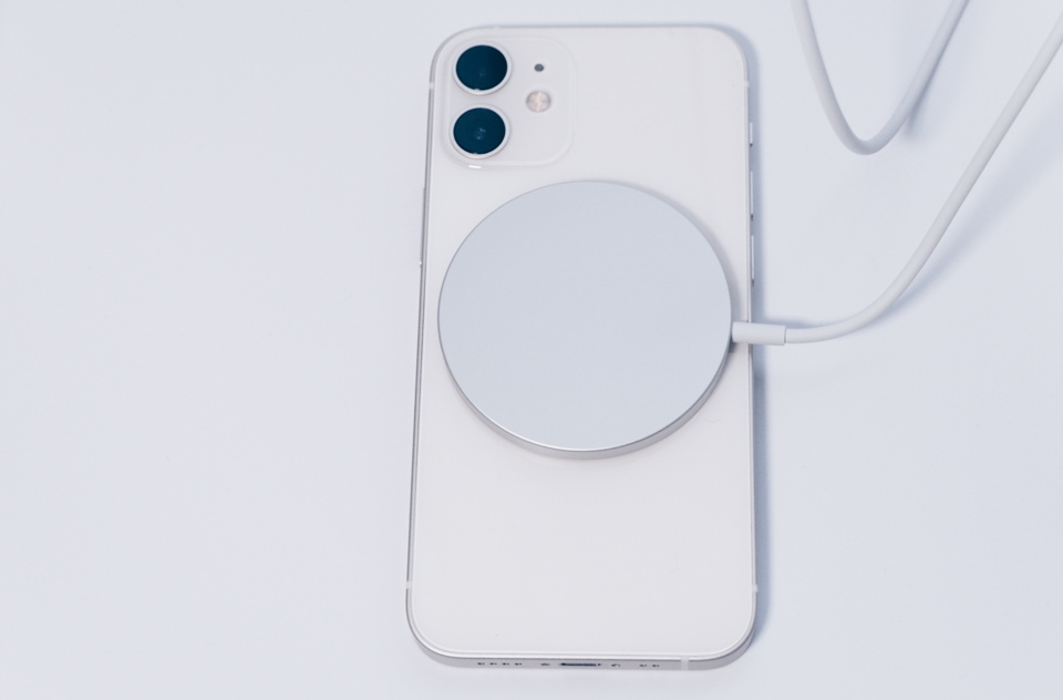 Apple MagSafe ChargerをiPhone12 miniに付けた様子