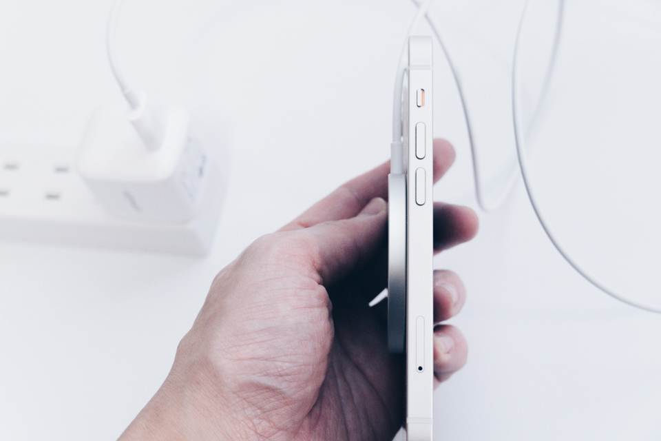 Apple MagSafe ChargerをiPhone12 miniに付けた様子側面