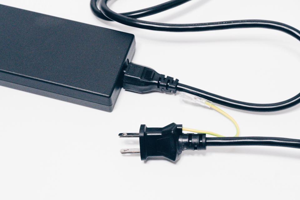 Belkin USB-Cデュアルディスプレイドッキングステーション電源ケーブルは太い