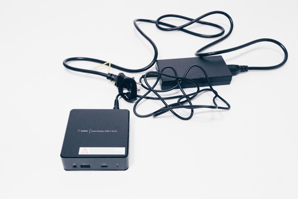 Belkin USB-Cデュアルディスプレイドッキングステーションのケーブル取り回し