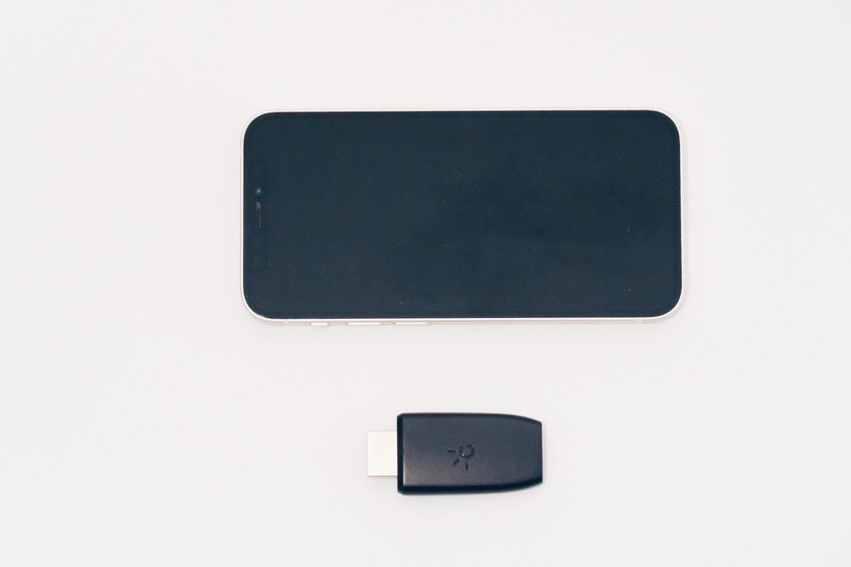 GENKI ShadowcastとiPhoneの大きさ比較