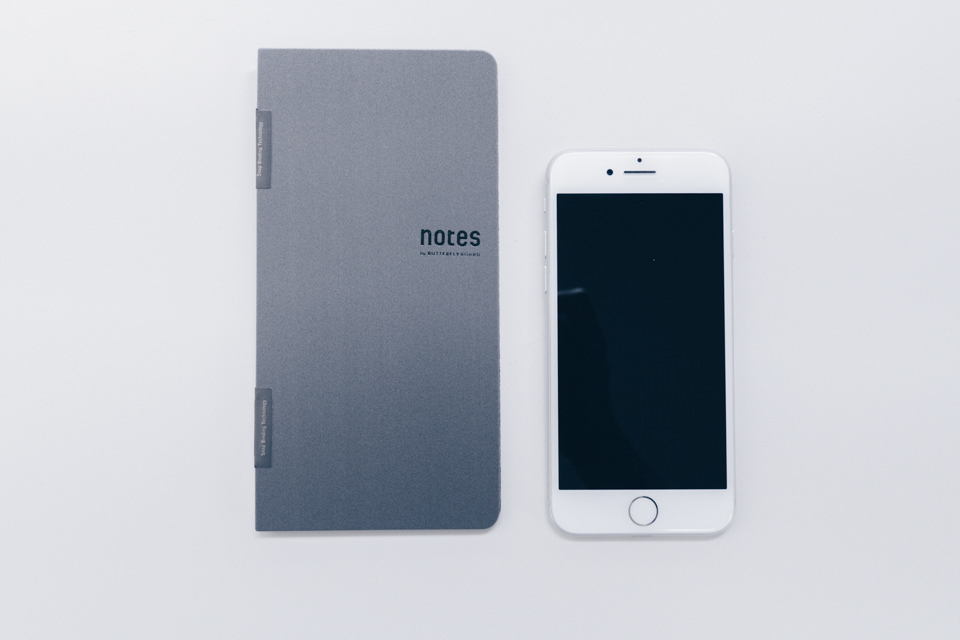 notes by BUTTERFLYBOARD本体とiPhone8とのサイズ比較