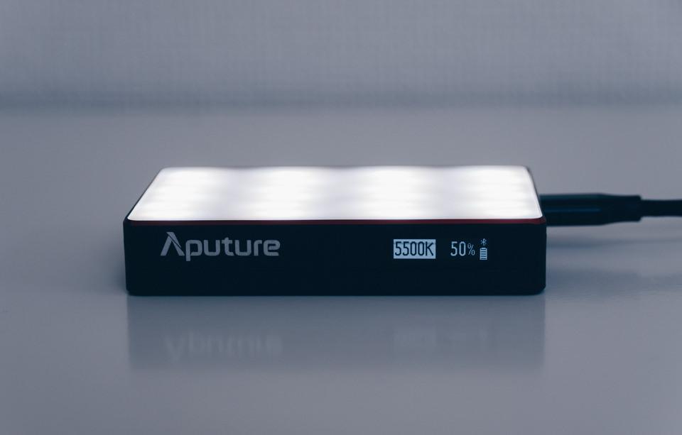 Aputure AL-MC本体の電源を入れた様子
