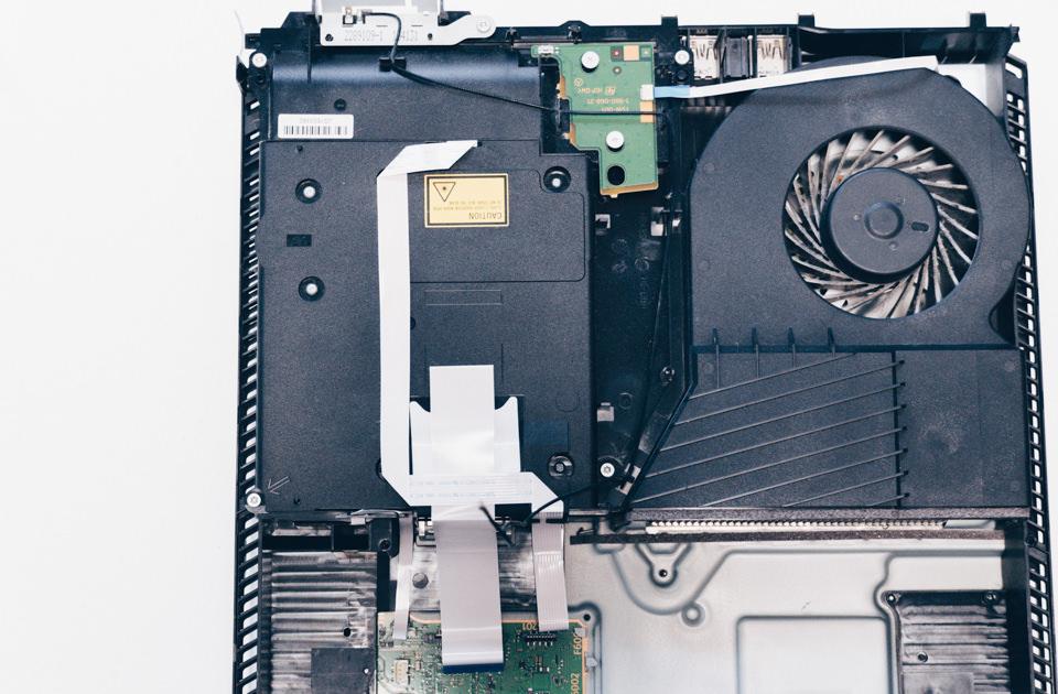 PS4のWi-Fiアンテナは本体上部まで伸びているので慎重に取り外す