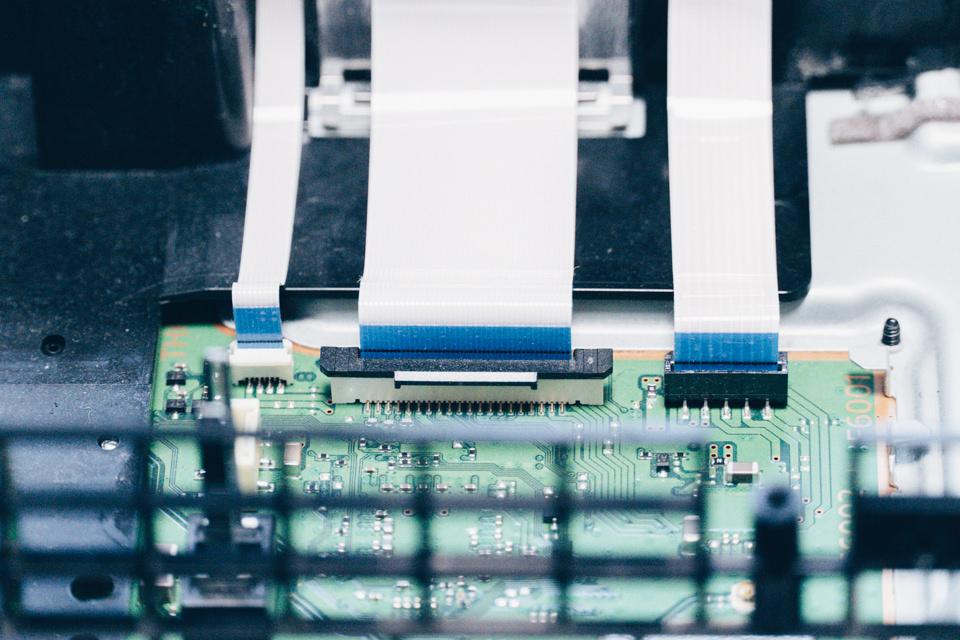 PS4のBDドライブはリボンケーブルで基盤と接続されている