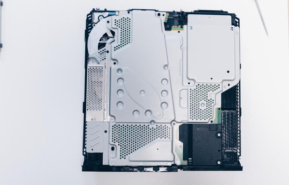 PS4のマザーボードを取り外し