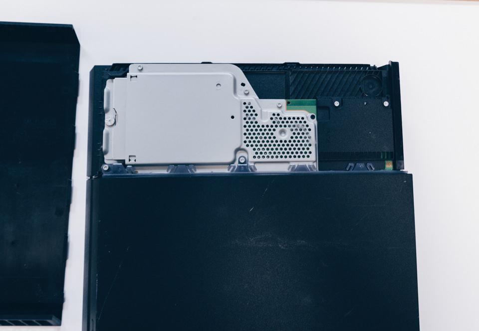 PS4のHDDカバーはスライドして外せる