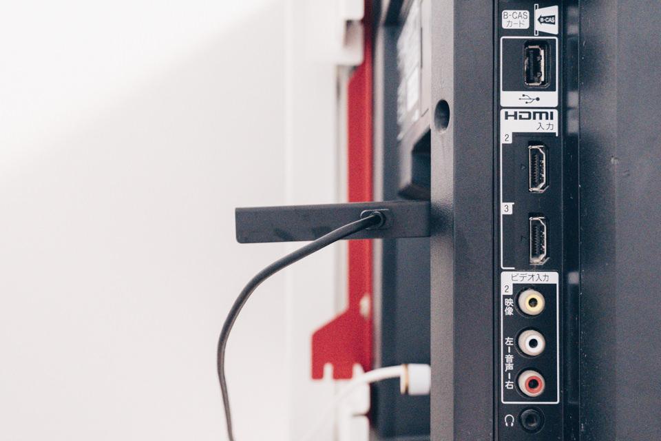 Fire TV Stick 4Kに電源ケーブルを挿した様子