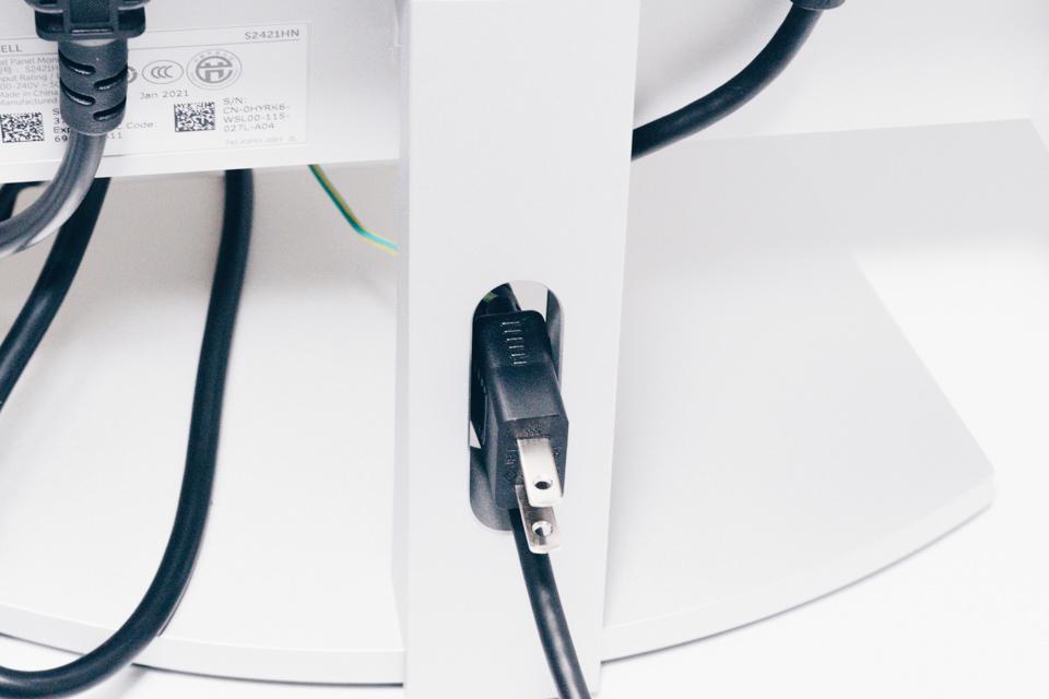 DELL S2421HNのモニタースタンドに付いている穴は電源ケーブルが通らない