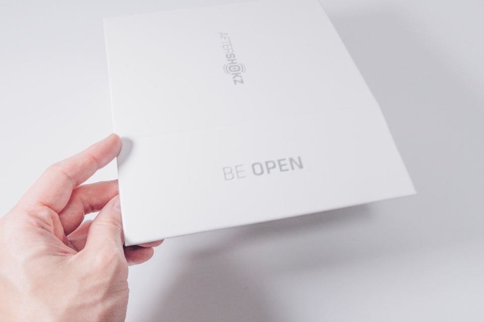 AfterShokz Aeropexは側面からパッケージを開封