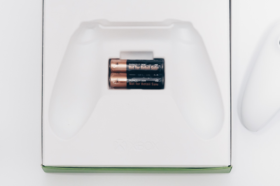 Xbox ワイヤレスコントローラーのパッケージを開けると単3電池2本が付属