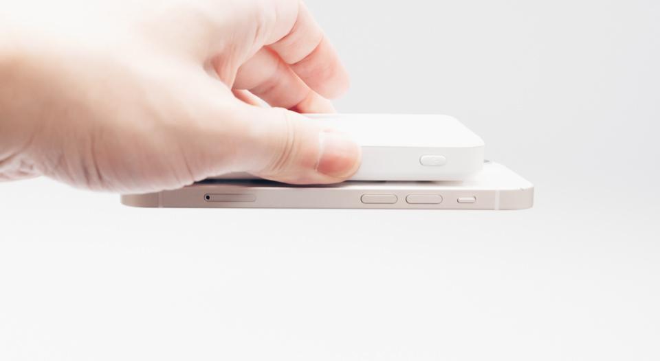 3COINSワイヤレスモバイルバッテリーとiPhoneを固定した様子