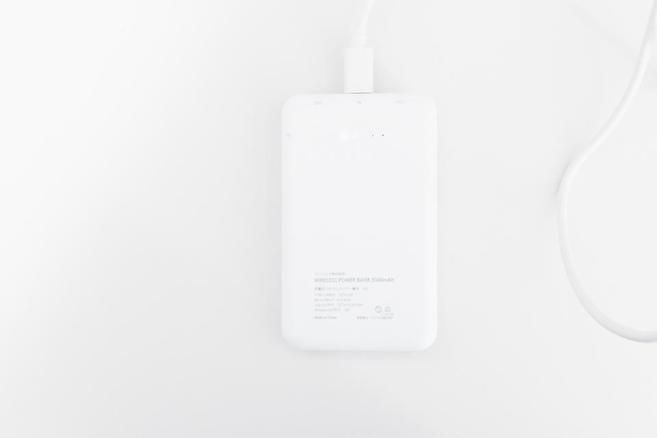 3COINSワイヤレスモバイルバッテリー本体へUSB-Cで充電している様子