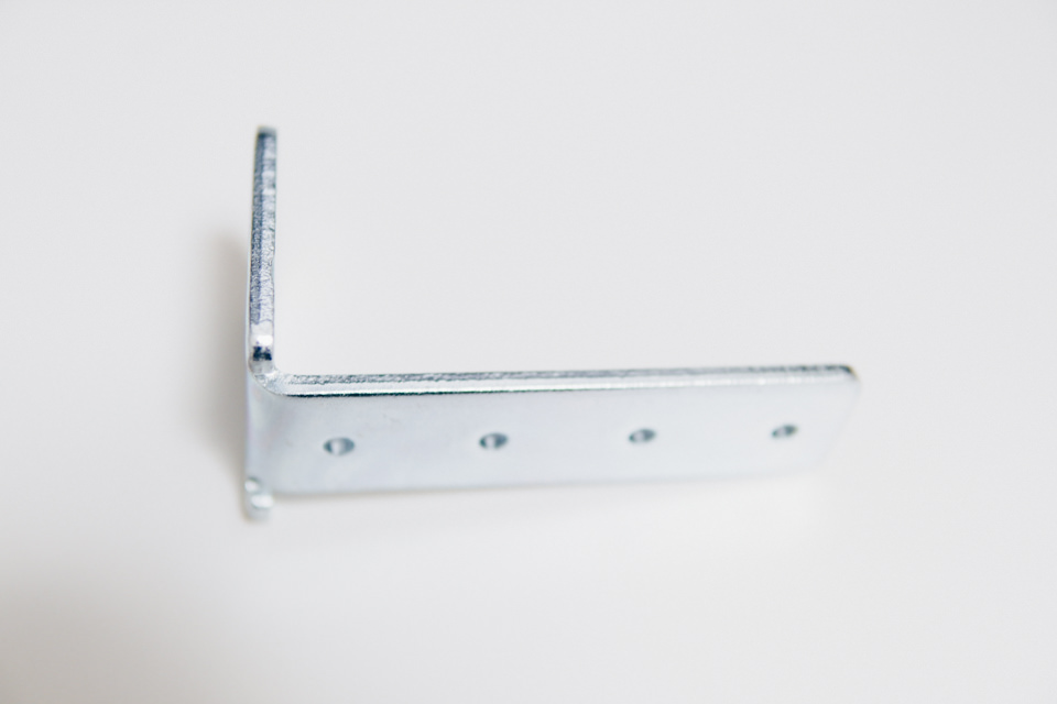 クランプ式で取り付ける際に使うL字型固定金具