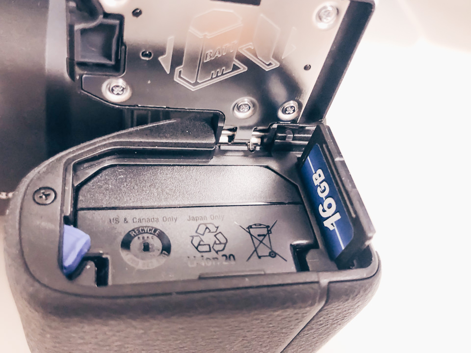 SONY α6600にSDカードを挿入