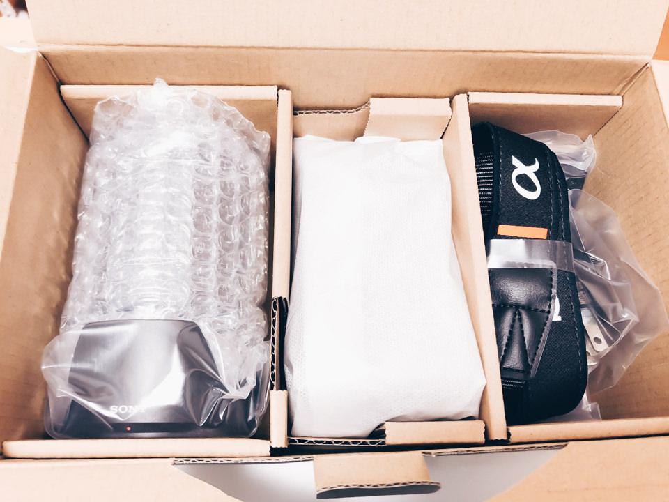 SONY α6600のパッケージを開封した様子