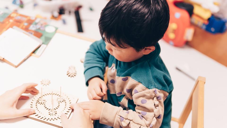 ギアギアワールドで親と一緒に遊ぶ息子