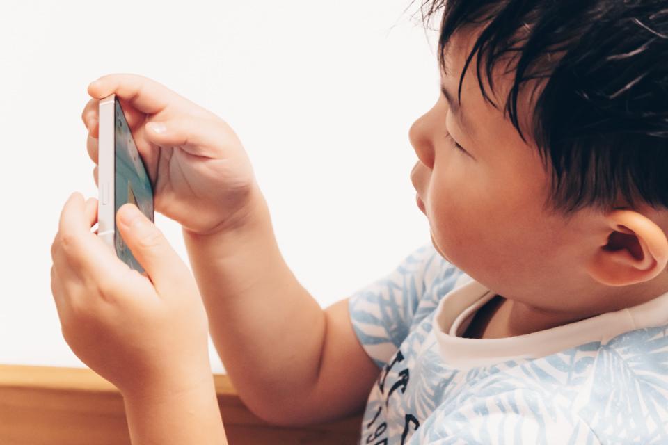 スマートフォンでワンダーボックスを遊ぶ子供